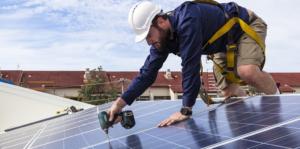 Instalación de Placas Solares, Cómo Instalar paneles solares, hombre instalando panel solar, energía fotovoltaica.